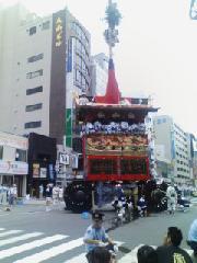 祇園祭 : 辻廻し中の鉾